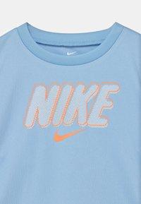 Nike Sportswear - BLOCKED SET - Print T-shirt - atomic orange - 3
