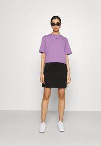 Nike Sportswear - Basic T-shirt - violet shock/black - 1