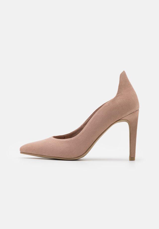 COURT SHOE - Zapatos altos - nude