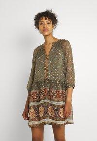 Vero Moda - VMBOHEMEA SHORT DRESS - Sukienka letnia - ivy green/bohemea - 0