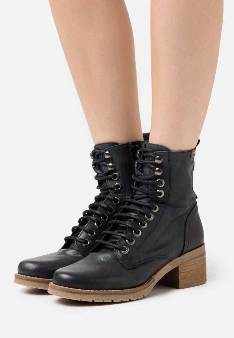 mtng - CASIO - Šněrovací kotníkové boty - black