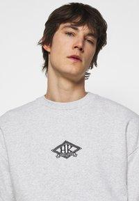 Han Kjøbenhavn - ARTWORK CREW - Sweatshirt - grey melange/black - 5