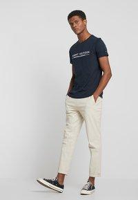 Tommy Hilfiger - ESSENTIAL TEE - Print T-shirt - blue - 1