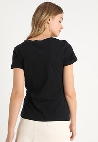 Calvin Klein Jeans - INSTITUTIONAL LOGO TEE - T-shirt con stampa - black - 2