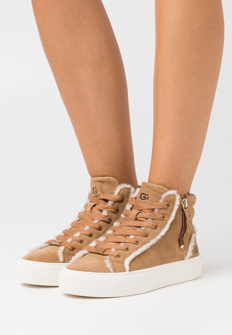 UGG - OLLI HERITAGE - Sneakersy wysokie - chestnut