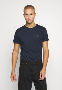 Jack & Jones PREMIUM - JPRBRODY TEE CREW NECK 5 PACK - Basic T-shirt - navy blazer/white/olive night/black/portroyale - 5