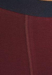 Pier One - 2 PACK - Pants - dark blue/bordeaux - 4