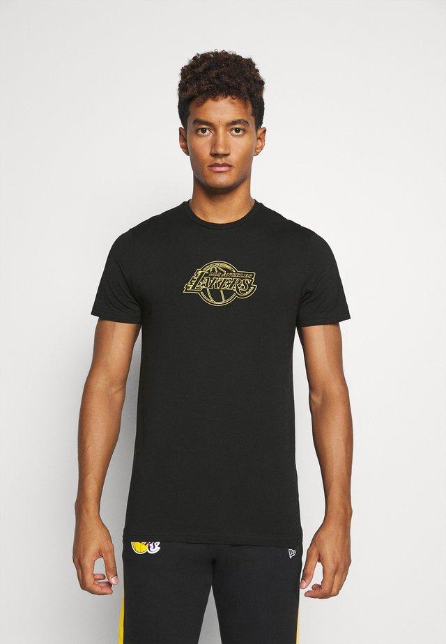 LOS ANGELES LAKERS CHAIN STITCH TEE - Klubové oblečení - black