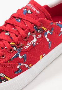 adidas Originals - 3MC X DISNEY GOOFY - Trainers - scarlet/footwear white/collegiate royal - 5