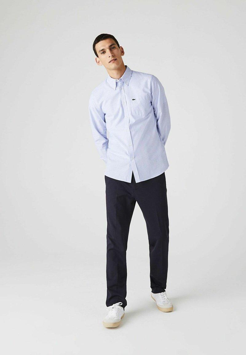 Lacoste - LACOSTE - Shirt - blanc / bleu