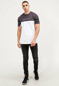 Kings Will Dream - VEZ - Print T-shirt - asphalt/white - 1