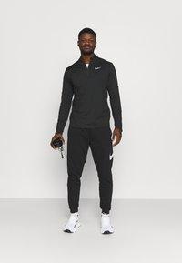 Nike Performance - T-shirt à manches longues - black/silver - 1
