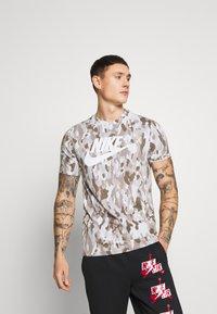Nike Sportswear - TEE CLUB - Camiseta estampada - photon dust/grey fog/college grey/white - 0