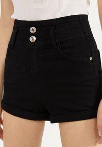Bershka - UND UMGESCHLAGENEM SAUM  - Szorty jeansowe - black - 3