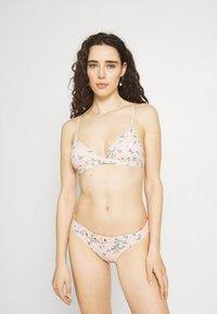 Billabong - LIKE A BEACH - Bikini top - peony - 1
