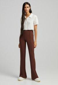 Bershka - FLARE - Kalhoty - brown - 1