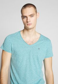 Tommy Jeans - VNECK TEE - Basic T-shirt - exotic teal - 4