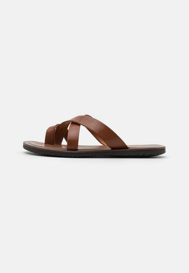 Sandaler m/ tåsplit - brown