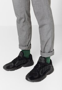 adidas Originals - YUNG-1 TORSION SYSTEM RUNNING-STYLE SHOES - Joggesko - core black/carbon - 0