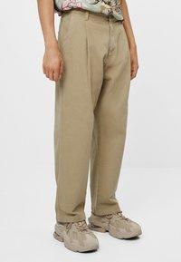 Bershka - MIT WEITEM BEIN UND BUNDFALTEN  - Relaxed fit jeans - beige - 0