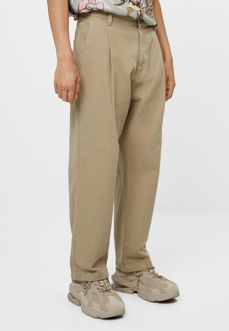 Bershka - MIT WEITEM BEIN UND BUNDFALTEN  - Relaxed fit jeans - beige