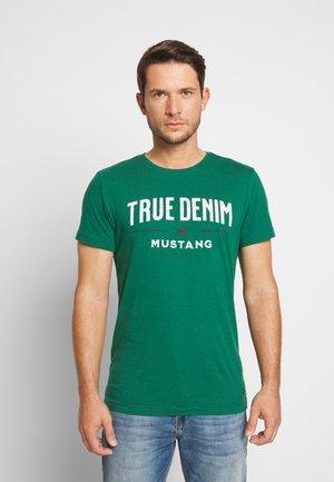 AARON - T-shirt z nadrukiem - evergreen