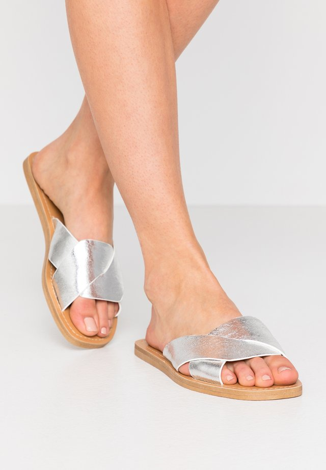 GUILA - Pantofle - argent