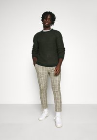 Only & Sons - ONSLINUS CROPPED CHECK PANT - Pantaloni - wind chime - 1