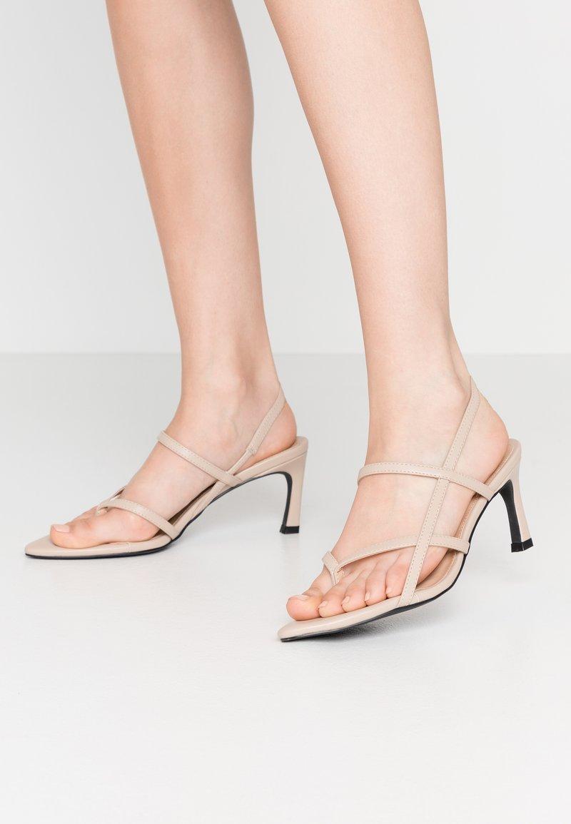 NA-KD - POINTY SOLE TOE STRAP  - Sandály - nude/beige