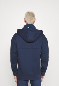 Tommy Jeans - BADGE FUNNEL NECK HOODIE - Sweat à capuche - navy - 2