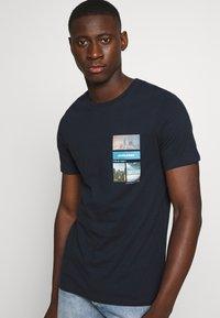 Jack & Jones - JCOCOOL YODA TEE  - T-Shirt print - navy blazer - 3