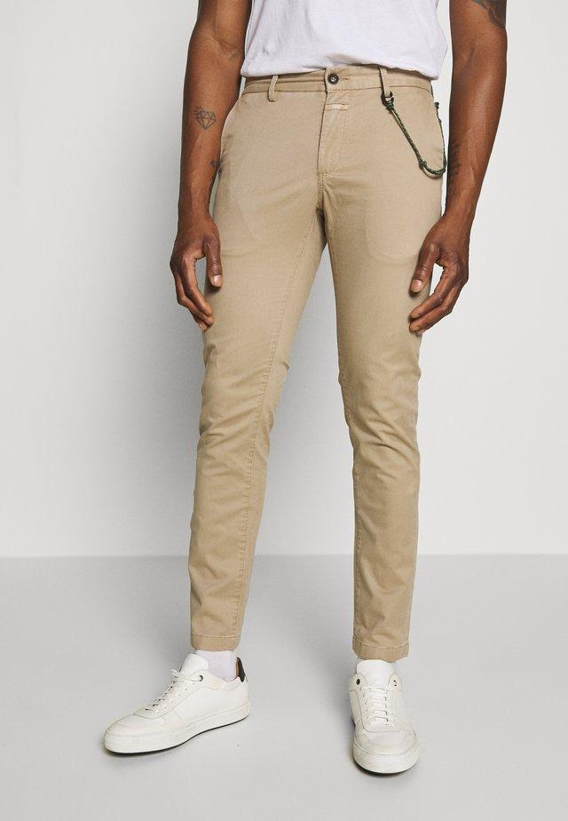 CLIFTON SKINNY - Chino kalhoty - pebble