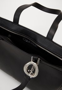Calvin Klein - CHAIN SHOPPER - Kabelka - black - 3
