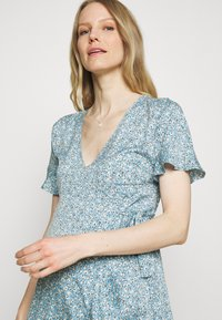 ONLY - OLMOLIVIA WRAP DRESS - Žerzejové šaty - dusk blue - 3