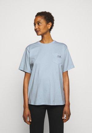 POCKET LOGO - T-shirt z nadrukiem - blue mist