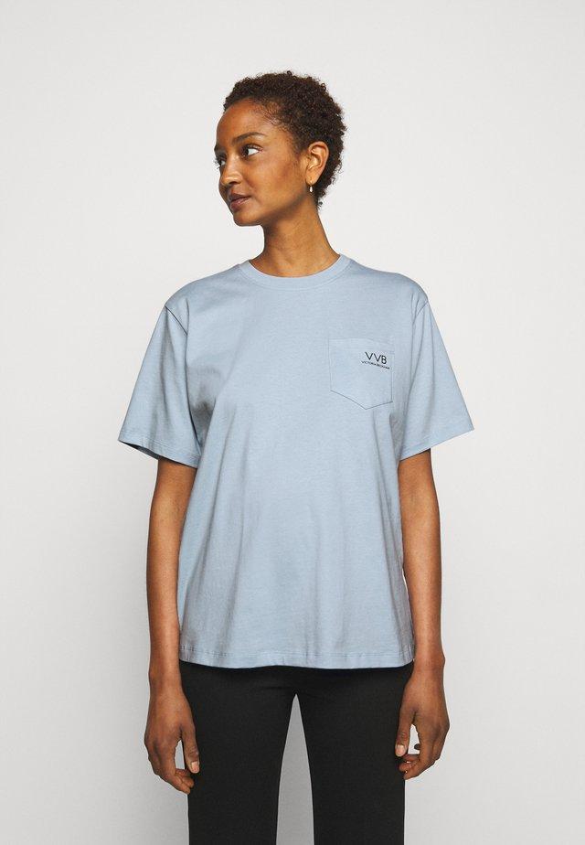 POCKET LOGO - Print T-shirt - blue mist