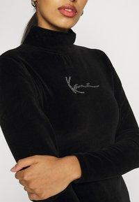 Karl Kani - SMALL SIGNATURE RHINESTONE TURTLEDRESS - Pouzdrové šaty - black - 6