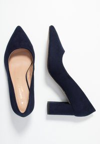 Dorothy Perkins Wide Fit - WIDE FIT DAKOTA CLOSED COURT - Classic heels - navy - 3
