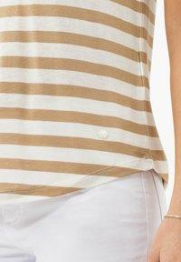 BRAX - STYLE COLETTE - Print T-shirt - sand - 4