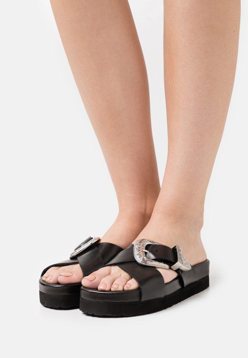 YAS - Pantofle - black