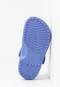 Crocs - CLASSIC - Sandały kąpielowe - lapis - 5