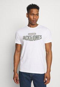 Jack & Jones - JORBOOSTER TEE CREW NECK - T-shirt z nadrukiem - white - 0