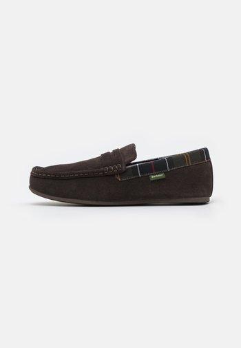 PORTERFIELD - Domácí obuv - brown