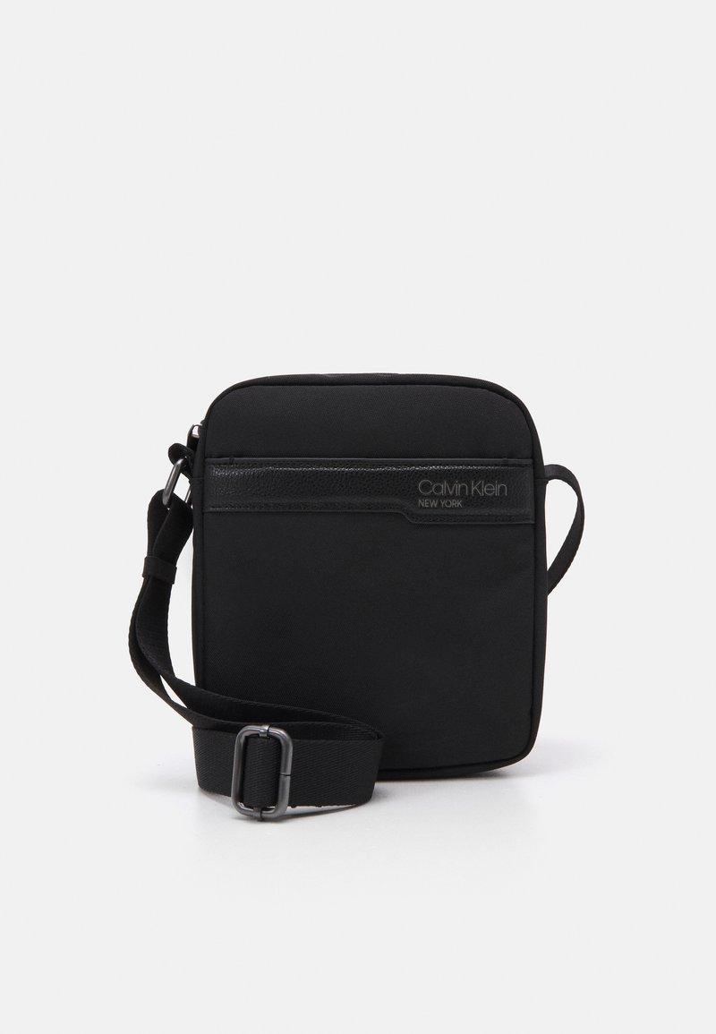 Calvin Klein - REPORTER UNISEX - Taška spříčným popruhem - black