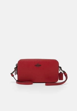 POLISHED PEBBLE KIRA CROSSBODY - Axelremsväska - red apple