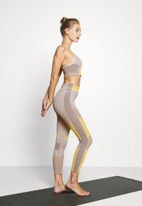 Nike Performance - SEAMLESS BRA - Sujetador deportivo - pale ivory/laser orange/sapphire - 3