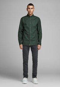 Jack & Jones PREMIUM - Koszula - dark green - 1