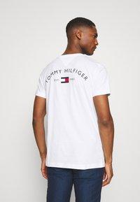 Tommy Hilfiger - BACK LOGO TEE - T-shirt basique - white - 0