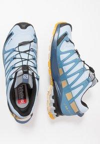 Salomon - XA PRO 3D V8 GTX - Trail hardloopschoenen - kentucky blue/dark denim/pale khaki - 1