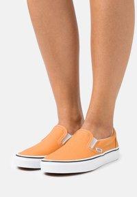 Vans - CLASSIC  - Nazouvací boty - golden nugget/true white - 0